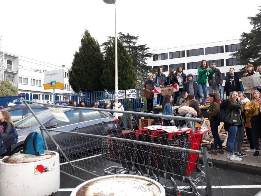 A Bayonne, les lycéens ont installé des poubelles, des chariots et des barrières devant le lycée Cassin - Radio France