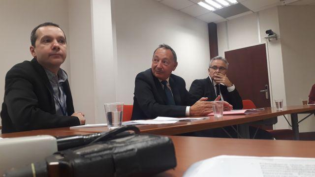 Le directeur adjoint de l'ANSM, Jean-Claude Ghislain (au centre), annonce que des auditions publiques sur la question des implants mammaires texturés auront lieu dans les prochains mois