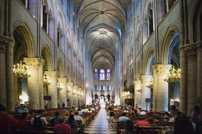 Messe dans la cathédrale Notre-Dame de l'Île de la Cité, Paris