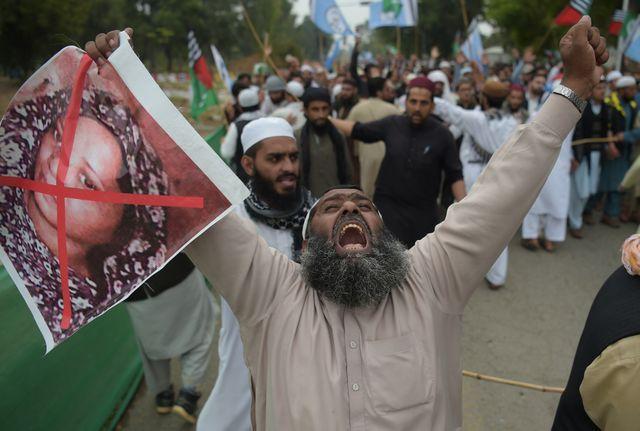 Un militant du parti islamiste radical Ahle Sunnat Wal Jamaat (ASWJ) tient une image d'Asia Bibi lors d'une manifestation contre son acquittement par la Cour Suprême du pays. Islamabad le 2 novembre 2018