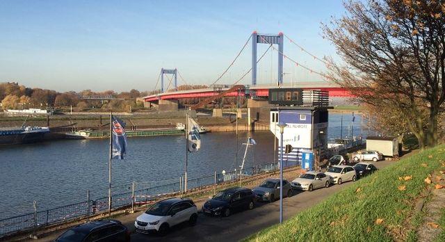 Dans le port de Duisbourg, il n'est même plus possible de charger certaines barges tant le niveau de l'eau est bas