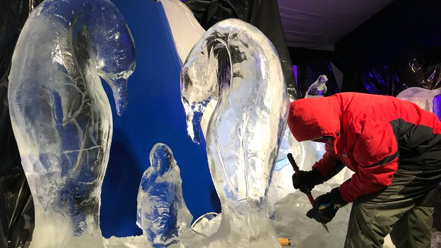 Six sculpteurs sur glace exposent leurs œuvres cette année au marché de Noël de Besançon