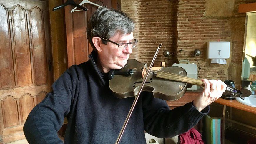 Pierre Hamel, violoniste de l'Orchestre Colonne à Paris, joue de ce violon pas comme les autres.