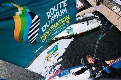 """Le skipper français Arnaud Boissières alias """"Cali"""" monte le mât de son monocoque dans le village de Saint-Malo, dans l'ouest de la France, le 30 octobre 2018, avant le début de la Route du Rhum."""