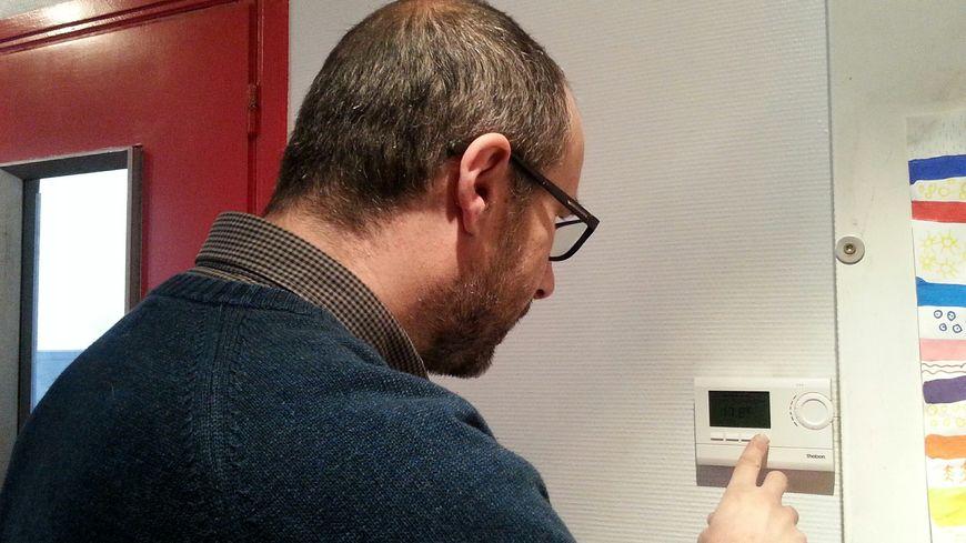 Emmanuel Paul a baissé le thermostat général de la maison et le chauffage est coupé dans les chambres pendant la journée