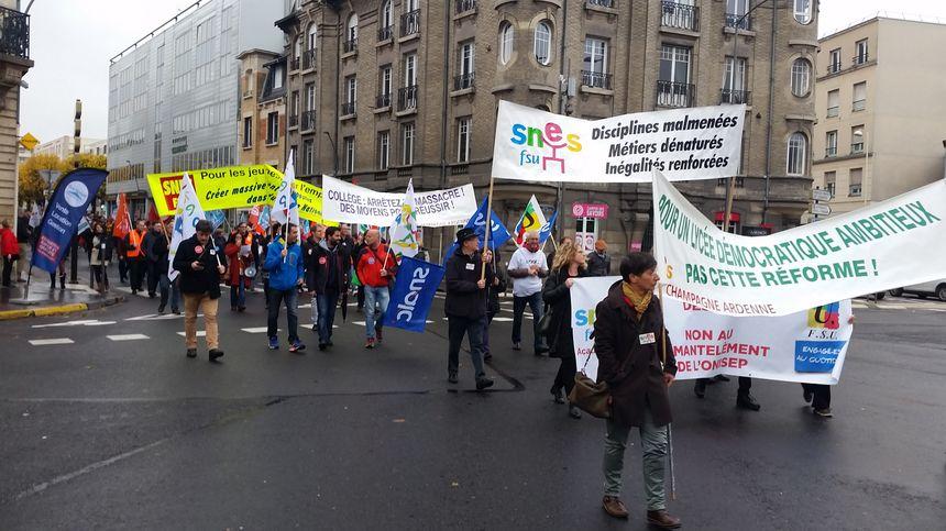 Les manifestants dénoncent des conditions de travail dégradées par les suppressions de poste à répétition.