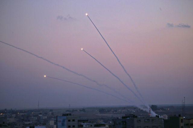 Tirs de roquettes palestiniennes tirées à partir de la bande de Gaza en direction d'Israël. La plupart ont été interceptées par le système antimissile israélien, mais certaines ont atteint des cibles civiles.
