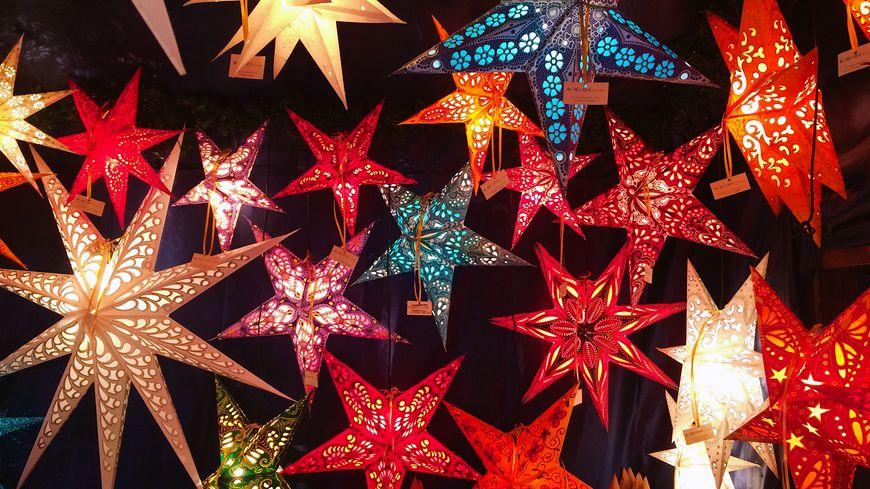 Sur le stand d'un marché de Noël