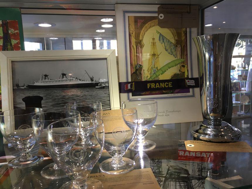 Des verres estampillés et un seau à champagne