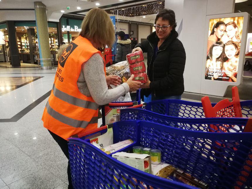 Une opération de collecte de denrées alimentaires au Carrefour Grand-Quétigny