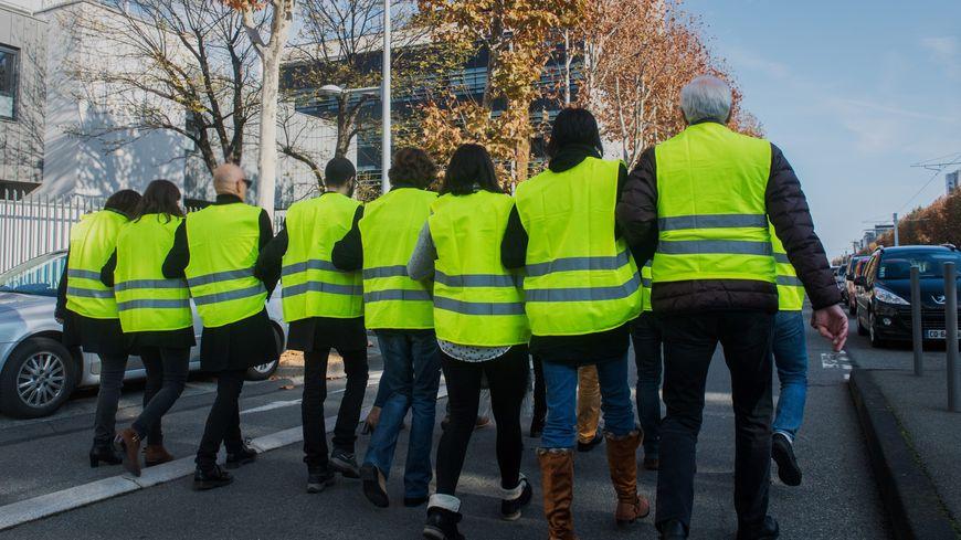 """A la Rochelle, les """"gilets jaunes"""" vont bloquer des accès de grandes surfaces avec des chaînes humaines (photo d'illustration)."""