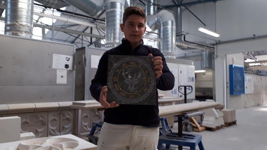 Axel Schaller avec l'une de ses réalisations, ici dans l'atelier de son lycée Les Marcs d'Or à Dijon.