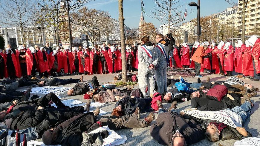 Une journée d'action à Paris pour les défenseurs de la maternité du Blanc