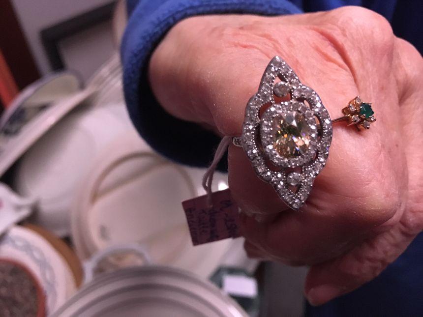 Cette bague en diamant et or gris, donnée à Emmaüs sera en vente pour 2.500€.
