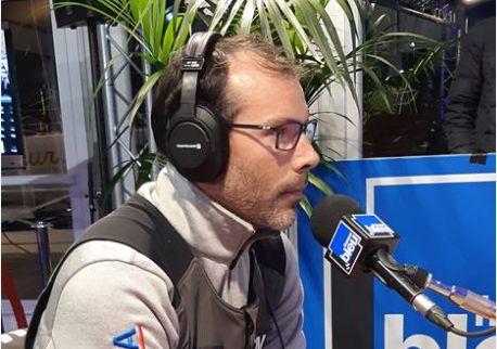 Clément Rivé, dans le studio de France Bleu Armorique, à Saint-Malo.