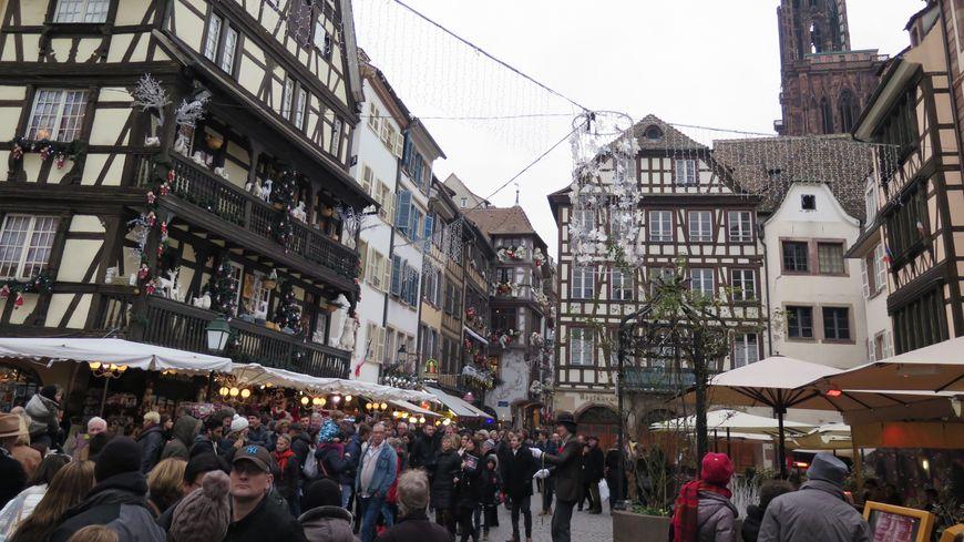 Le marché de Noël de Strasbourg autour de la cathédrale.