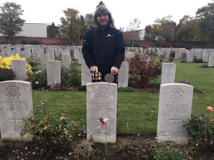 Nigel Franklin Beeching était le premier visiteur au cimetière britannique d'Arras, ce dimanche matin. Il est venu se recueillir sur la tombe de son grand-oncle, George Franklin Smisson, poilu anglais mort dans l'Artois en 1917.