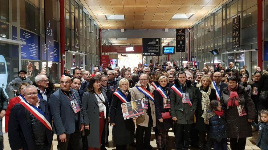 Elus et usagers de nouveau mobilisés à la gare de Valence TGV