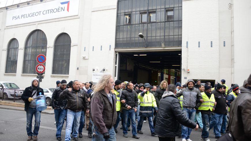 Les anciens salariés de PSA à Aulnay-sous-Bois manifestent devant le site de Saint-Ouen en 2013