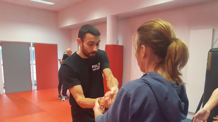 Elles étaient neuf à apprendre plusieurs techniques de défense dans la salle de sport du commissariat de Thionville.