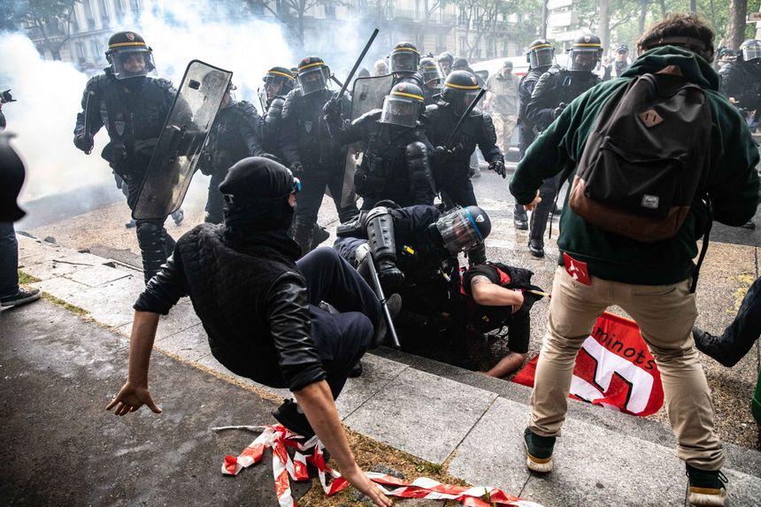 Un black bloc donne un coup de pied durant une arrestation de manifestants par les CRS, lors d'une manifestation des fonctionnaires pour la défense du service public, le 22 mai 2018.