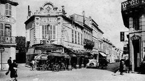 C'est dans ce café situé à l'angle de la place Colbert à Rochefort que Victor Hugo a découvert dans le journal la noyade mortelle de sa fille chérie, Léopoldine. C'était le 9 septembre 1843.