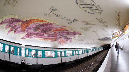 """Jean Bazaine : """"Le métro Cluny - La Sorbonne est une cathédrale souterraine, j'ai imaginé d'immenses graffitis des signatures des grands noms qui l'ont fréquenté, Victor Hugo, des rois..."""""""
