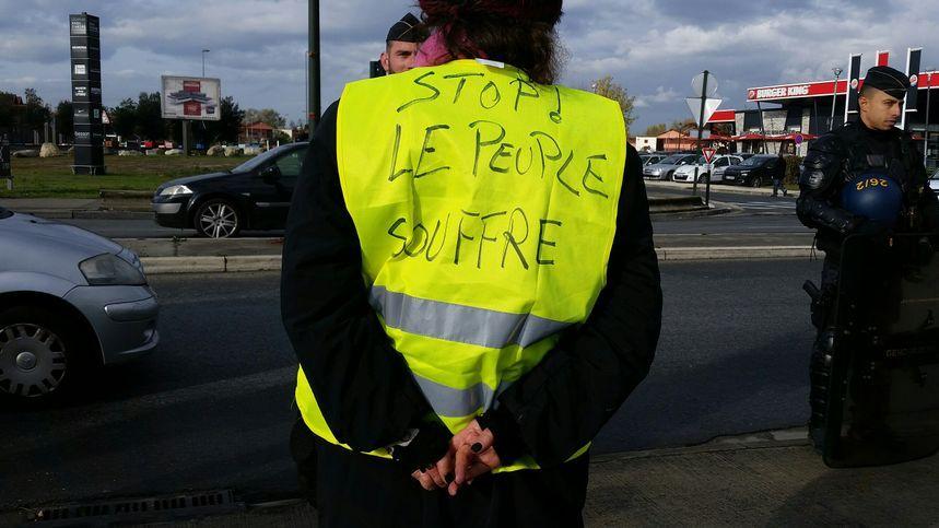 Une manifestante lors d'une action des gilets jaunes au centre commercial Rives d'Arcins à Bègles, ce samedi
