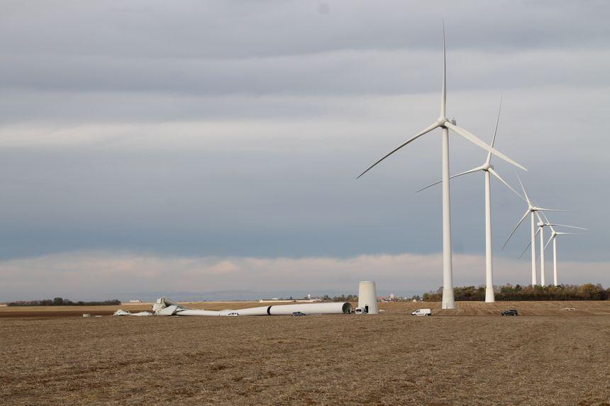 Une autre vue de l'éolienne à terre - Aucun(e)