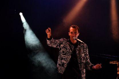 Gaël Faye, chanteur, rappeur et écrivain franco-rwandais, sur scène le14 juillet 2017 aux Francofolies de La Rochelle