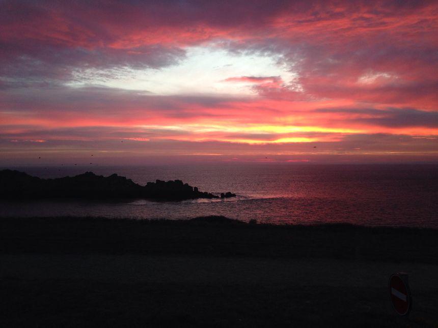 Les spectateurs arrivent avec le lever du jour à la Pointe du Groin.