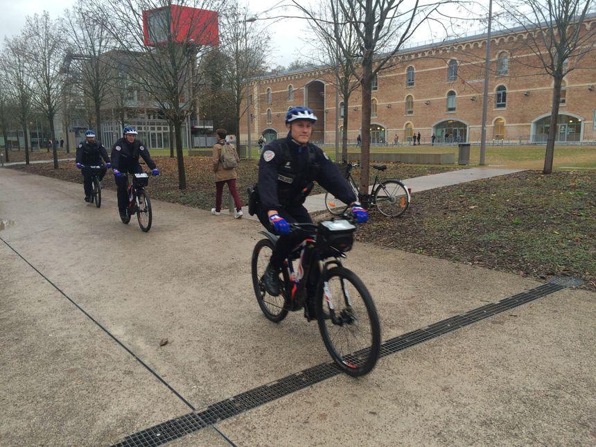 Les policiers à vélo patrouillent notamment dans la Citadelle d'Amiens (Somme)