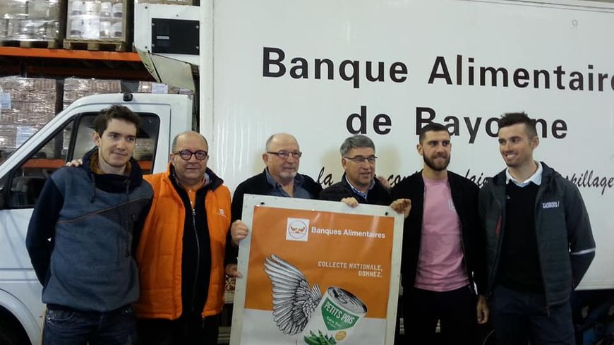 Cette année, la grande collecte de la Banque alimentaire du Pays basque est parrainée par 3 cyclistes pro : Romain Sicard (à gauche), Loïc Chétout et Cyril Barthe (à droite).