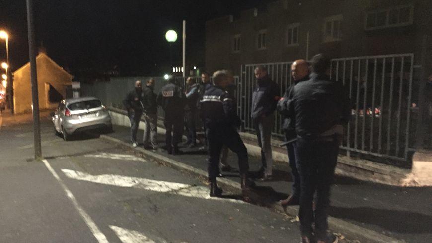 Une quinzaine de policiers et gendarmes étaient présents lundi soir à l'entrée de la gendarmerie de Saint-Lô.