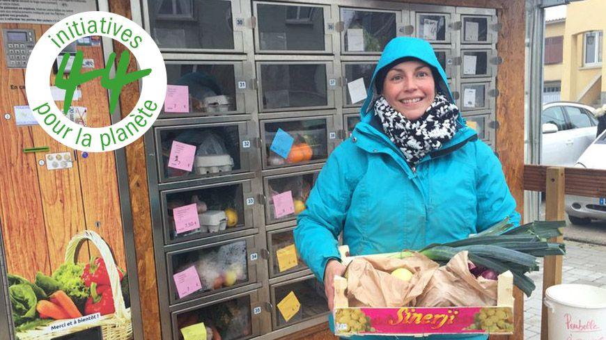 Léa Meyer devant le distributeur de fruits et légumes à Colmar.