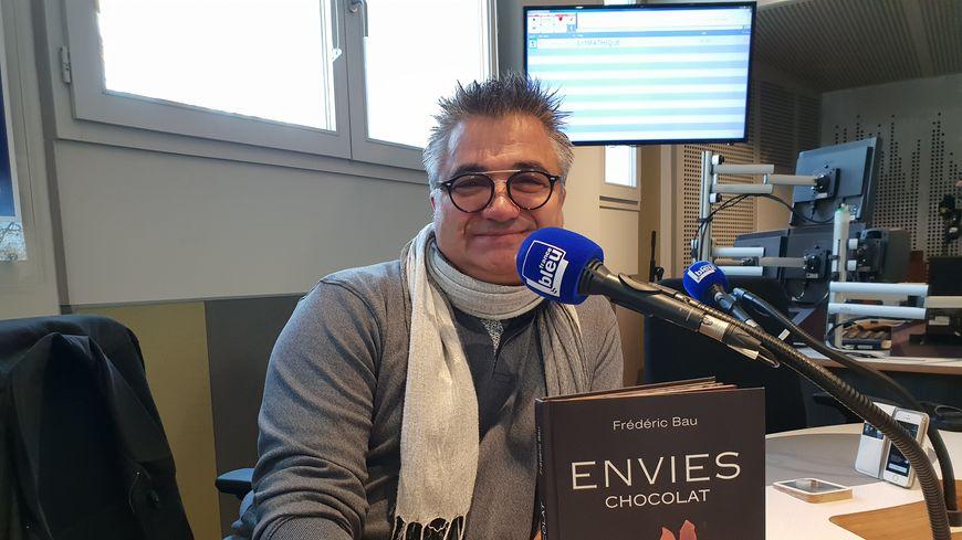 """Frédéric Bau et son livre """"Envies chocolat"""" (éd. Albin Michel) dans les studios de France Bleu Drôme Ardèche"""