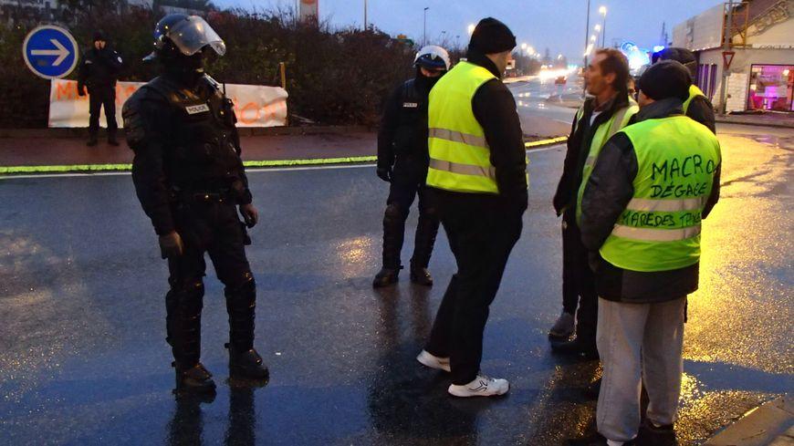 Les forces de l'ordre ont évacué le rond-point Girondeau un peu avant 17 heures, ce dimanche soir.