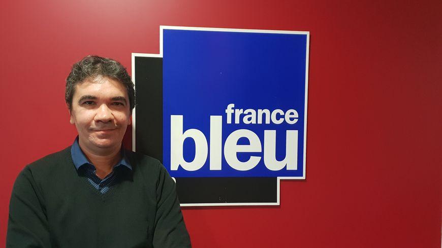 Stéphane Courrèges, oenologue amateur de voyages, dans les studios de France Bleu Gironde