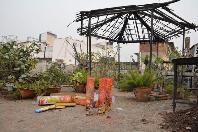 Sur les terrasses des immeubles, les restes des pétards utilisés par les particuliers pendant la nuit