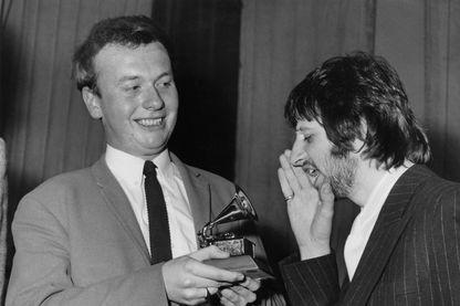 Ringo Starr (droite) félicite Geoff Emerick (gauche) pour son Grammy Award aux studios EMI à Londres, le 7 mars 1968