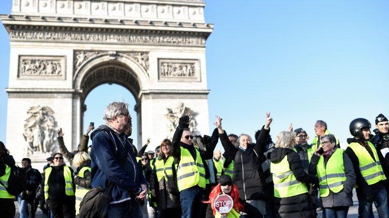 Des gilets jaunes devant l'Arc de Triomphe à Paris le samedi 17 novembre