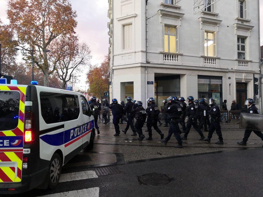 Les forces de l'ordre tentent de repousser les lycéens vers Grammont