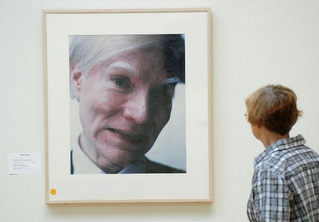 Un autoportrait grimaçant de Warhol réalisé au Polaroïd