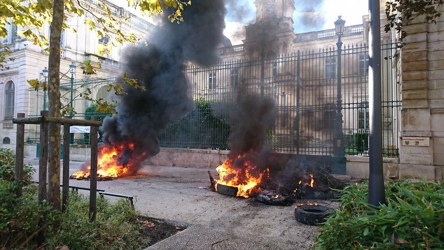 Les feux de pneus devant la Préfecture du Gard