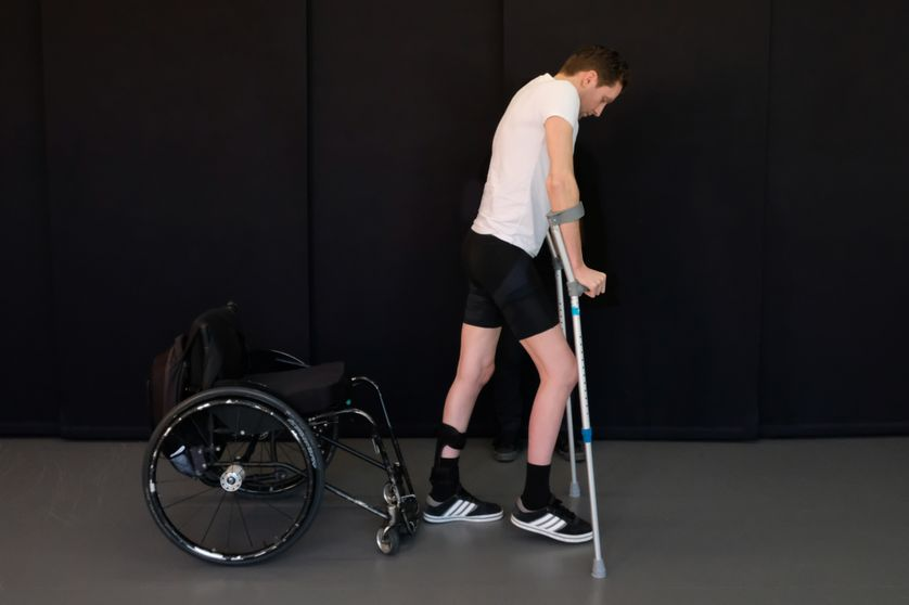 Un traitement novateur impliquant une stimulation électrique de la moelle épinière a permis à trois patients paralysés de marcher à nouveau. on voit ici Gert-Jan Oskam, à l'Hôpital Universitaire de Lausanne en avril 2018.