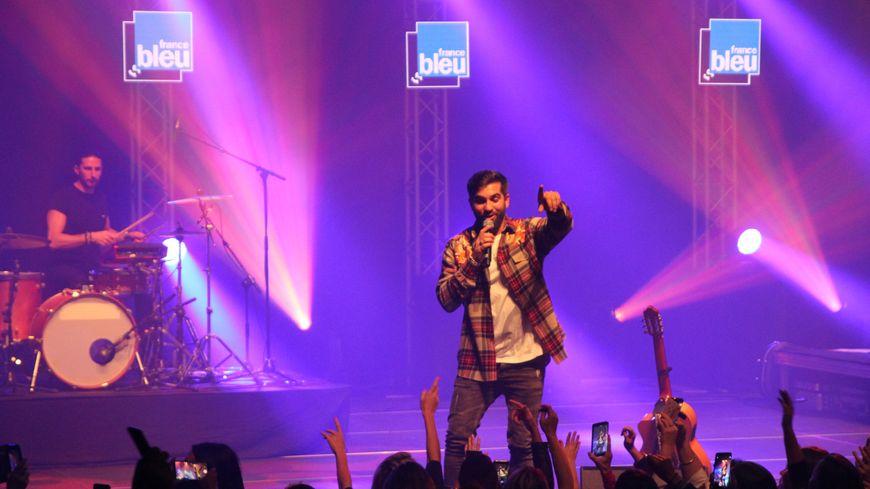 Kendji Girac sur la scène de la salle Eurythmie à Montauban pour son France Bleu Live