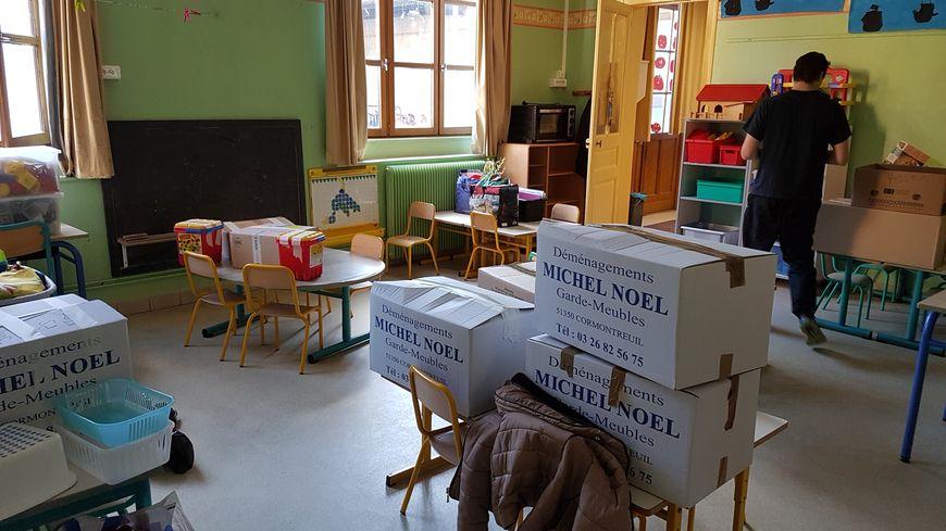 Enseignants, personnels de l'établissement mais aussi parents d'élèves aident à déménager les classes de l'école Nicolas Roland, fermée pour plusieurs mois pour risque d'effondrement.