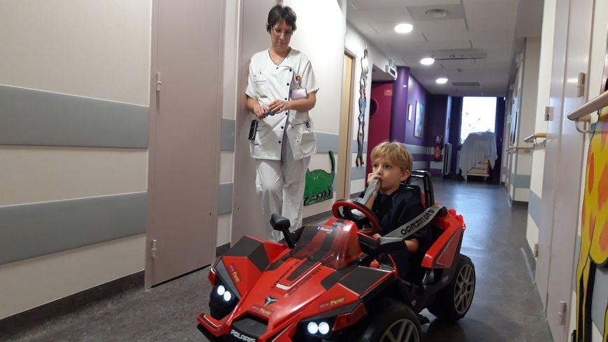 Cette voiture coûte 700 euros, elle a été offerte à l'hôpital par un magasin de jouet de la région.