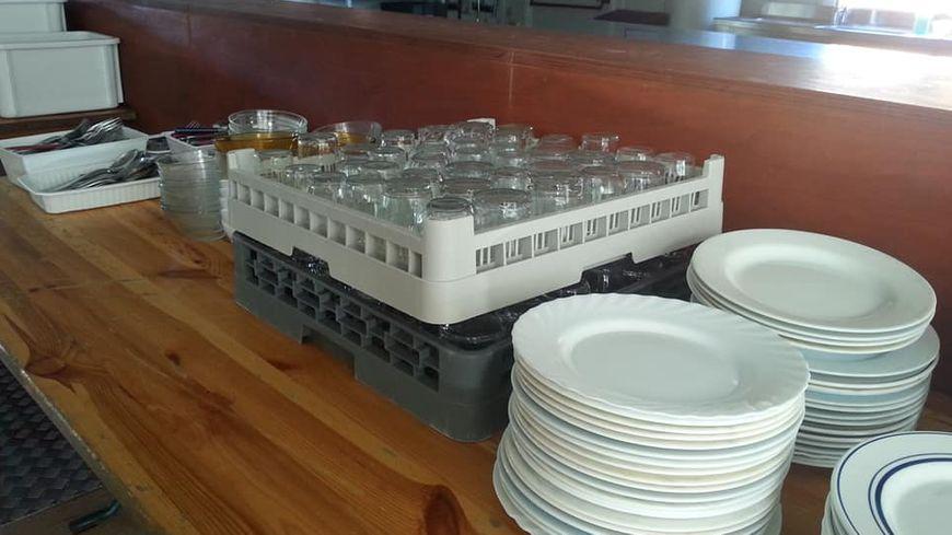 La vaisselle est en place, prête pour les premiers bénéficiaires de la Table du soir de Bayonne