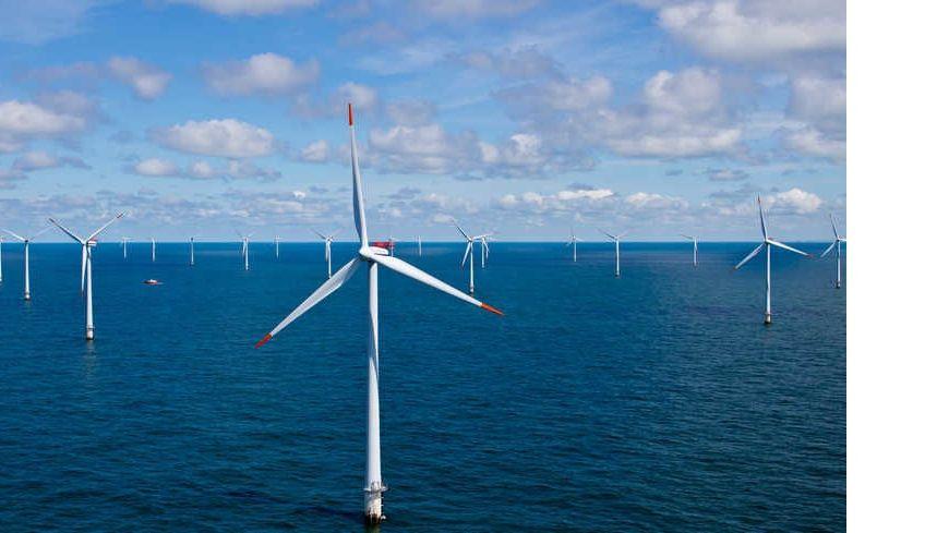 Un champ d'éoliennes en mer.